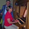 Eine Frau spielt an einer Orgel