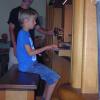 ein Kind spielt an einer Orgel