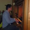 ein Mann spielt an einer Orgel
